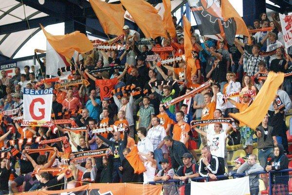 Ružomberských fanúšikov počas nedeľňajšieho futbalového duelu na bratislavských Pasienkoch zasiahla explózia neznámeho predmetu. Polícia incident vyšetruje.