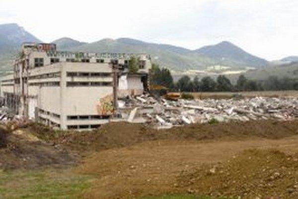 Kedysi jeden z najväčších mäsokombinátov, ktorý bol pýchou Slovenska, úplne schátral. Ruiny už likvidujú bagre.