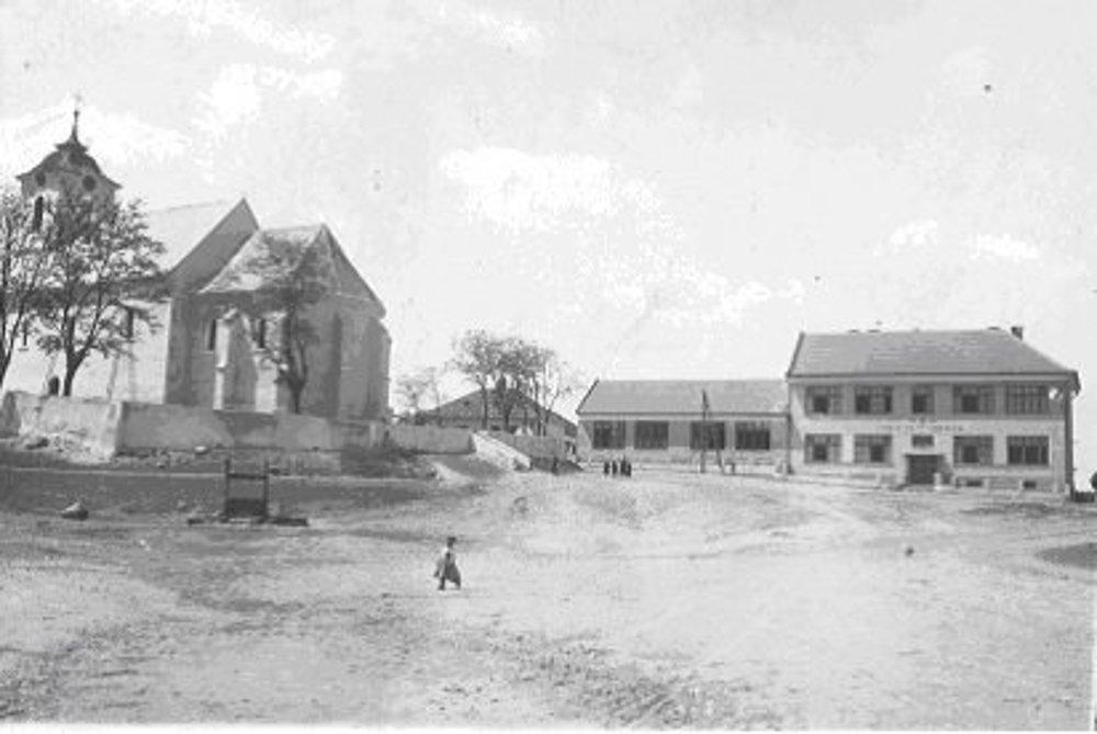 Škola a kostol z roku 1934.
