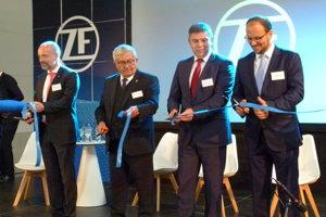 V októbri otvorili nový závod ZF v Šaháh. Základný kameň poklepali v septembri 2017. Prácu tu postupne nájde 400 zamestnancov.