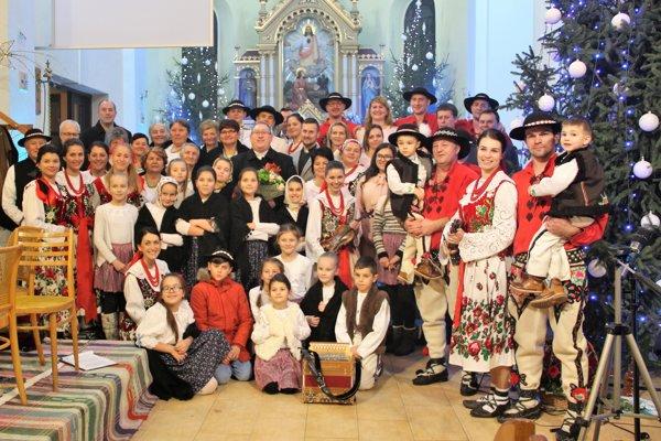 Vianočný program pomáhalo Chorvátovcom vytvoriť mnoho ďalších Zábiedovčanov.