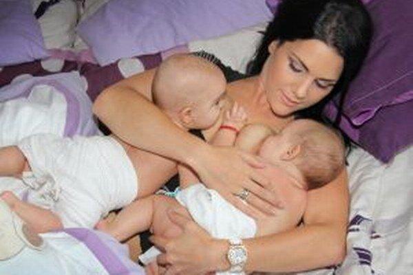 Fotografia prepojenia dojčiacej matky s dvojčatami vznikla na liptovskomikulášsku výstavu 4,2.