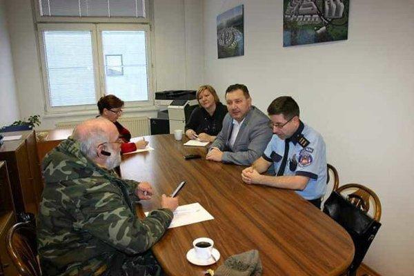 Výsledkom stretnutia vedenia sídliska, mestskej polície a majiteľa psa je jeho odobratie.