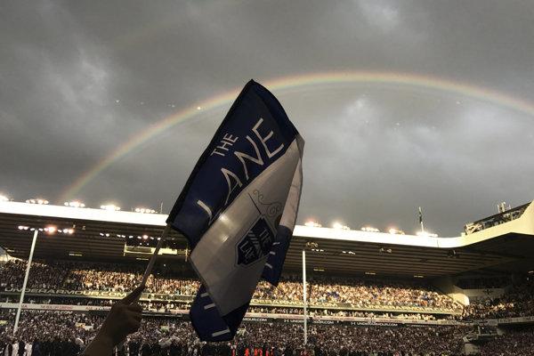 Fanúšikovia Tottenhamu mávajú vlajkami počas rozlúčkového zápasu so starým štadiónom White Hart Lane.