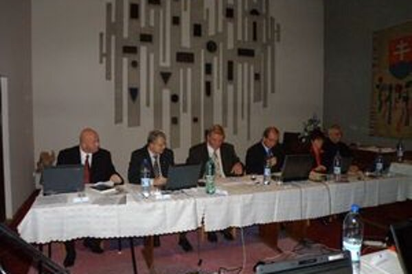 Poslankyňa Ľuba Backová (druhý zľava) navrhla, aby vo výberových komisiách boli aj poslanci. Tí jej návrh schválili.