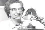 Nancy Romanová s modelom observatória OSO. Bola prvou ženou, ktorá v NASA zastávala vedeckú pozíciu.