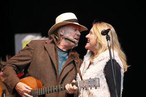 Pegi Youngová s manželom Neilom Youngom na benefičnom koncerte.