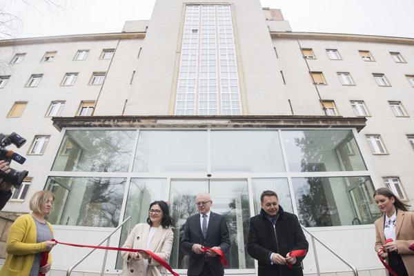 Minister financií Peter Kažimír, rektor Ferdinand Daňo a ministerka školstva Martina Lubyová počas otvorenia zrekonštruovaného bloku.