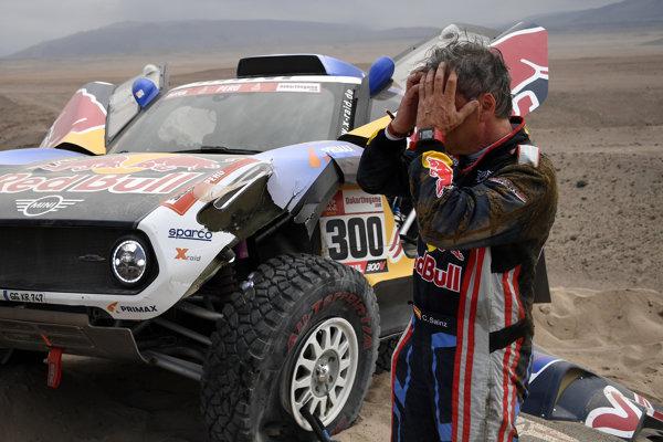 Dvojnásobný vížtaz Rely Dakar Carlos Sainz v tretej etape poškodil auto a nabral veľkú stratu.