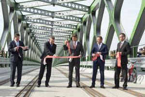 8. júl 2016. Slávnostné prestrihnutie pásky na zrekonštruovanom Starom moste  na strane Petržalky v Bratislave pred prvou jazdou električky.