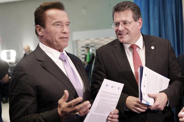 """Bývalý kalifornský guvernér Arnold Schwarzenegger a podpredseda Európskej komisie pre Energetickú úniu Maroš Šefčovič na klimatickom summite """"Jedna planéta"""" 12. decembra 2017 v Paríži."""