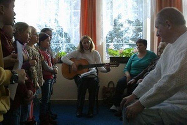 Deti zo Základnej školy Janka Kráľa z Liptovského Mikuláša s farárkou Lýdiou Kordošovou (s gitarou) potešili vystúpením seniorov vo Vitálišovciach.