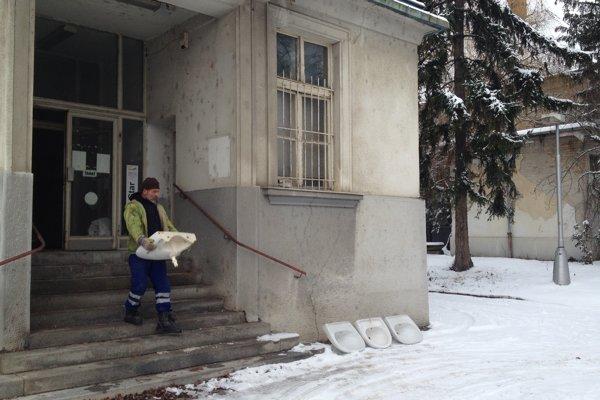 Areál starej nemocnice už noví majitelia čistia.