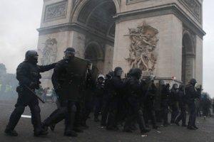 """Francúzske protesty """"žltých viest"""" pokračujú."""