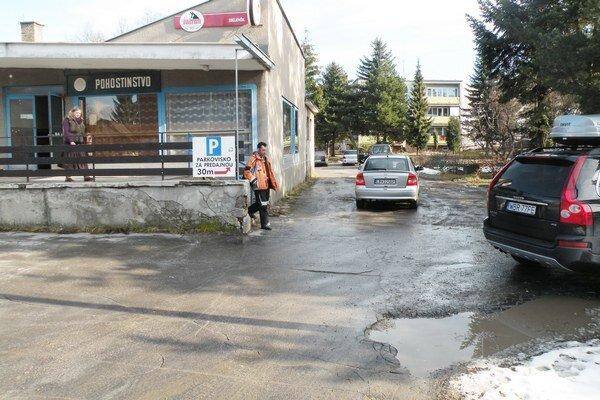 Stav parkoviska si už pracovníci obhliadli a v najbližších dňoch plochu vyrovnajú a provizórne opravia.