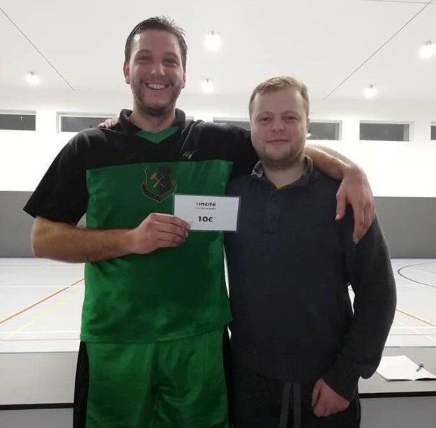 Zľava: Hviezda kola Michal Mikula a organizátor Zimnej ligy Ivan Mriška.