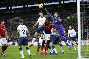 Brankár Tottenhamu Hugo Lloris zasahuje.