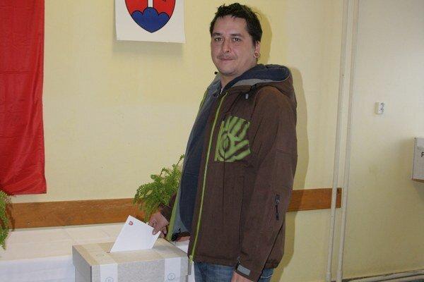 Juraj prišiel voliť napriek dažďu a silnému vetru. Po odchode z volebnej miestnosti sa ponáhľal vrátiť sa k rekonštrukcii bytu.