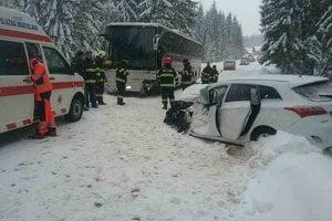 Hasiči a záchranári zasahujú po čelnej zrážke autobusu prevážajúceho deti s osobným autom pri Oravskej Polhore.