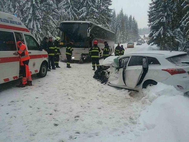 Hasiči a záchranári zasahujú po čelnej zrážke  autobusu prevážajúceho deti s osobným autom.