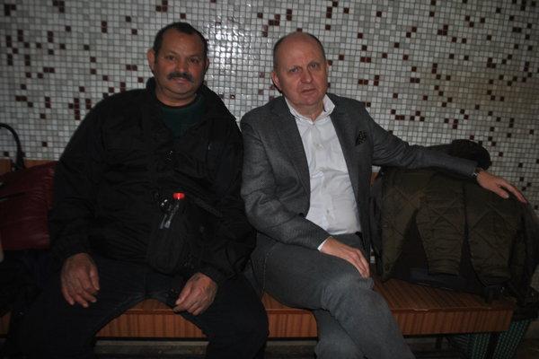 Róbert Rybár s advokátom Romanom Kvasnicom pred začiatkom pojednávania.