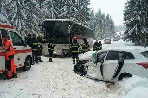 Dnešná zrážka auta s autobusom sa obišla bez vážnejších zranení.