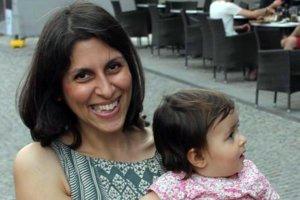"""Na nedatovanej snímke zamestnankyňa nadácie Thomson Reuters Foundation Nazanina Zaghari-Ratcliffová so svojou dcérkou Gabriellou. Iránske úrady ju obvinili """"z pokusu o zvrhnutie režimu""""."""