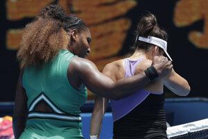 Serena Williamsová utešuje svoju súperku.