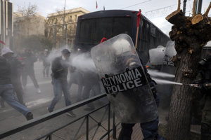 Polícia použila slzotvorný plyn a omračujúce granáty na rozohnanie učiteľov i žiakov.