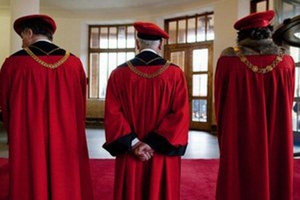 Dekani fakúlt a členovia senátu označili odôvodnenie rezignácie za klamlivé. Ak ich rektor nestiahne, uvažujú o trestnom oznámení