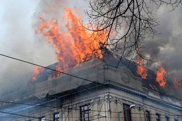 Pri požiari na Železničnej ulici zhorela strecha sídla daňového úradu.
