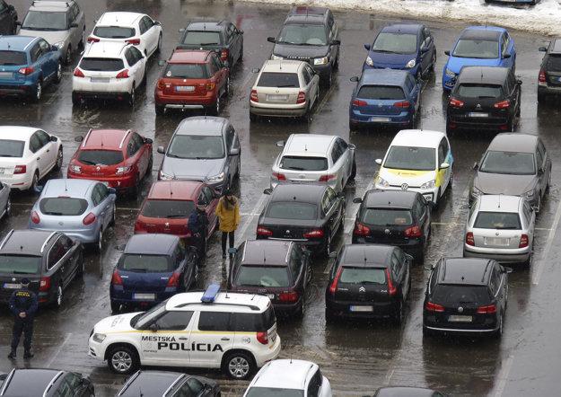 Autá v prostrednom rade musela prísť