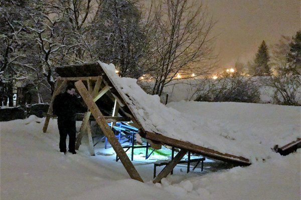 Pod ťarchou snehu sa na Lipovci zrútil altánok.