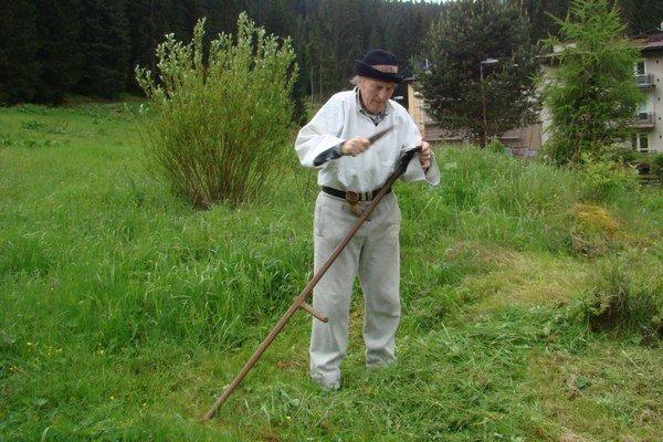 Ešte pred niekoľkými desaťročiami ručné kosenie bol jediný spôsob sekania trávy a kosa patrila k najzávažnejším, najcennejším nástrojom poľnohospodárov.
