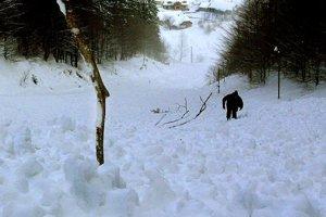Lavína nad Tureckou, ktorá si v roku 2001 vyžiadala život turistky. V údolí vidieť domy.