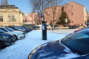 Košičania môžu mať v týchto dňoch v platenom parkovaní chaos.