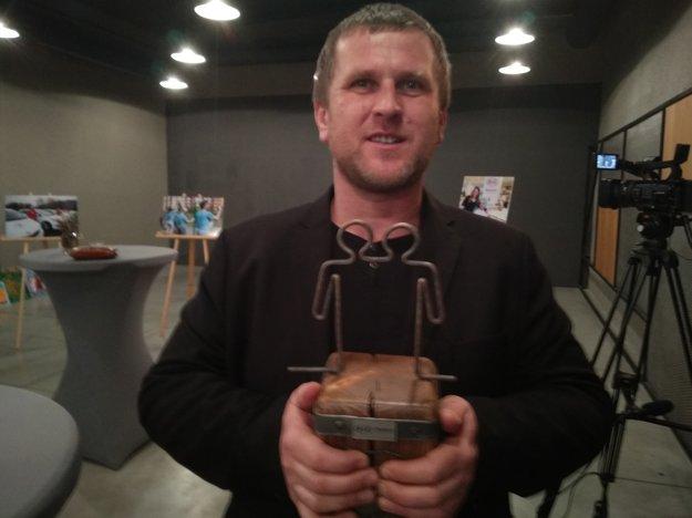 Marek Adamov z Truc sphérique drží v rukách cenu za najlepší projekt.