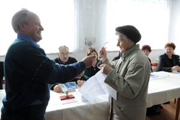 Melánia Šištíková, obyvateľka obce Visolaje, volí 14. novembra 2009 vo voľbách do orgánov samosprávnych krajov. Paradoxom je, že obyvatelia obce volia poslancov iného okresu, ako územne patria.