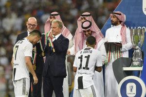 Cristiano Ronaldo (vľavo) dostáva medailu po triumfe v Talianskom supepohári.