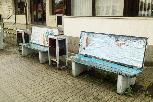 Z reklamy hradia nielen nákup lavičiek, ale aj údržbu a opravu po vandalizme a nájomné  železniciam. Od roku 2008 klesá objem reklamy a stúpa problém s vandalizmom. Náklady na opravy vlani stúpli tak, že reklamná spoločnosť bola v strate.