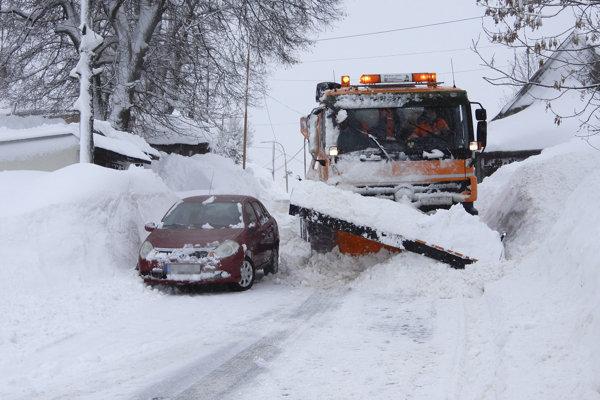 Snehová kalamita postihla takmer celé Slovensko.