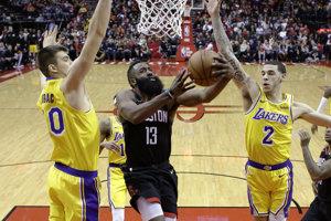 James Harden (13) skóruje v zápase proti Los Angeles Lakers.