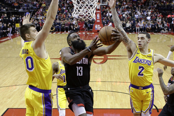 James Harden (13) skóruje v zápase proti Los Angeles Lakers.