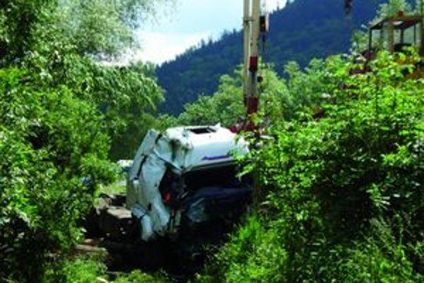 Vodič kamiónu vyviazol z nehody len s ľahkými zraneniami.