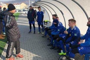 Futbalisti FK Čadca strénerom Vladimírom Kuťkom (vľavo).