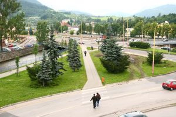 Mesto prenajalo pozemok v centre mesta spoločnosti, ktorá tam chce vybudovať parkovisko. V súčasnosti na ňom rastie tráva.