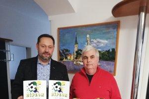 Primátor mesta Otokar Klein s predsedom VV FKM Júliusom Vargom po halovom turnaji o Pohár predsedu ObFZ, na ktorom dominovali novozámockí mládežníci.