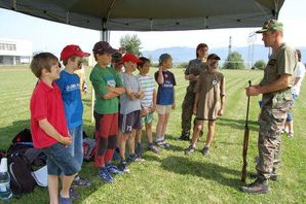 Súčasťou programu prvej Detskej univerzity bola aj príprava vojaka v teréne, čiže streľba a orientácia podľa mapy.
