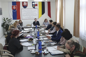 Na snímke uprostred primátor Hnúšte Roman Lebeda a mestskí poslanci počas prvého pracovného zasadnutia mestského zastupiteľstva.