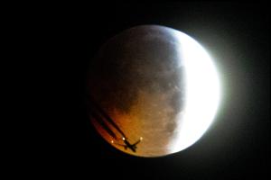 Lietadlo prelietava pred Mesiacom počas úplného zatmenia 21. januára.